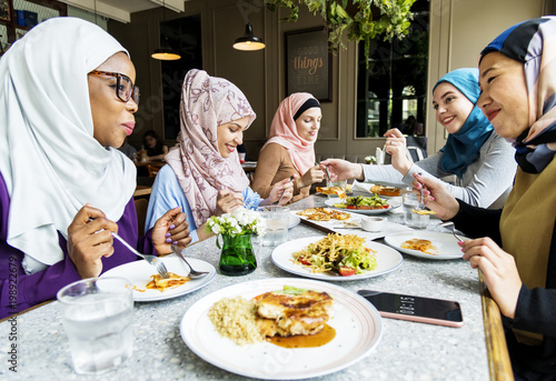 Fotografía  Islamic women friends dining together with happiness