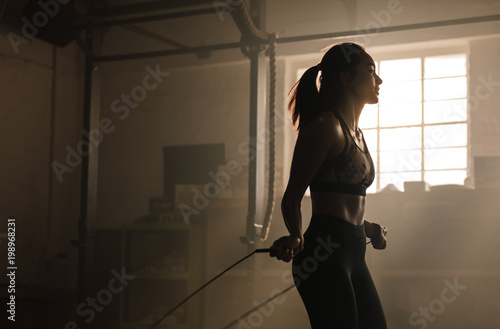 Poster Fitness Athletic woman training at the gym