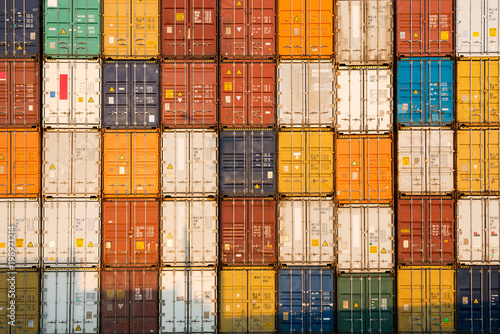 Fotomural  frontal view of a Stack of containers