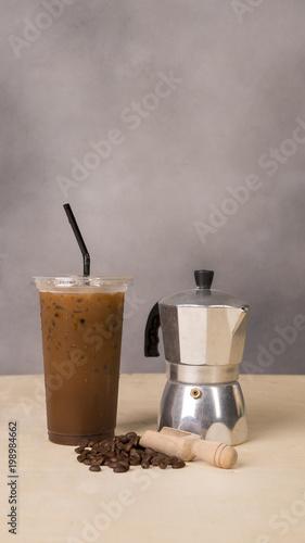 Plakat Lodowa herbata lub lodowa kawa z mlekiem na drewnianym tle.