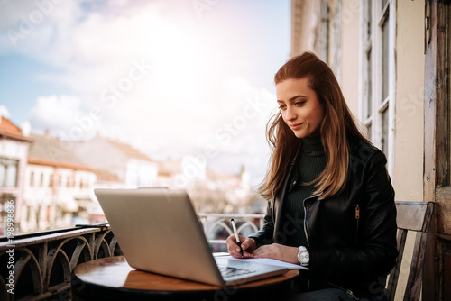 Photo  Young bussines woman working outdoors