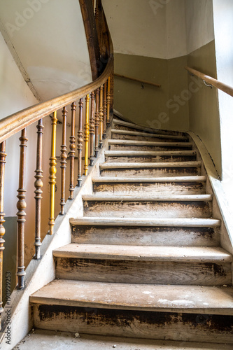 altes Holz Treppenhaus in renovierungsbedürftigem Haus