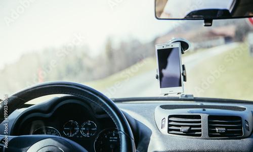 smartphone in halterung auto interieur