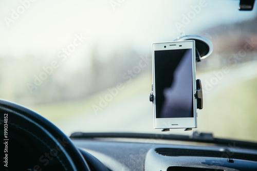 Fotomural  Smartphone in Halterung, Auto, Interieur