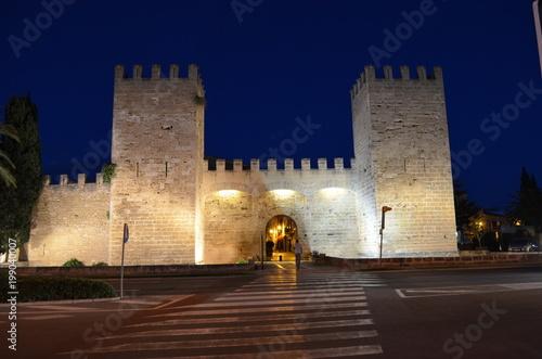 Fototapeta Alcudia, brama Sant Sebastian do starego miasta w nocy, Majorka obraz