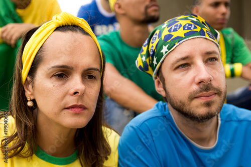 Fotografia  Group of fans watching a match and cheering brazilian team.