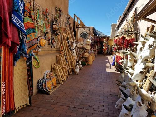 Naklejka premium Hiszpański / meksykański styl alei wypełniony towarami lokalnych dostawców; Koncepcje podróży i turystyki