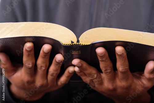 Fotografia A close up view of a man hands holding the Holy Bible