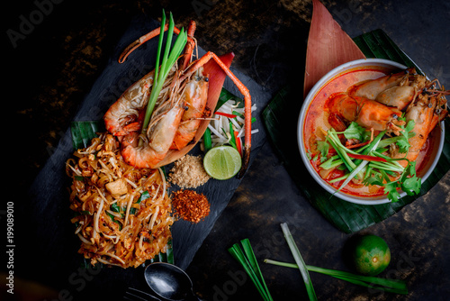 Concept pictures of famouse Thai dishes, Tom Yum Kung & Phad Thai Fototapete