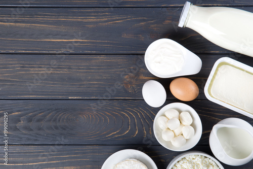 In de dag Zuivelproducten Dairy products on wooden table. Milk, cheese, egg, curd cheese and butter.