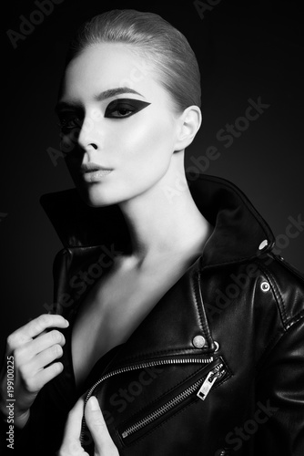 Foto op Aluminium womenART Woman with bright makeup in leather jacket
