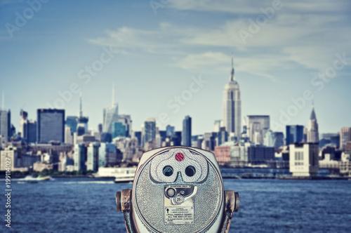 Foto op Aluminium New York Vintage binoculars viewer, Manhattan skyline with the Empire State Building, New York City, USA