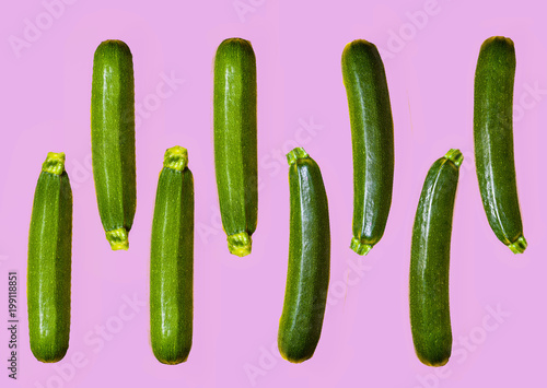Fotografía  pattern of fresh juicy courgettes on a contrast colour violet background
