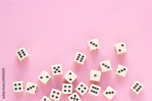 Fotografia Gaming dice with copy space on pink background