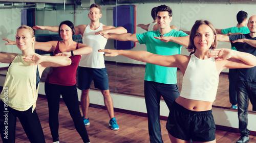 Photo Men and ladies dancing zumba