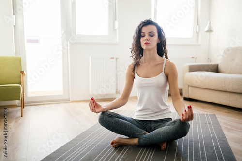 Poster Ecole de Yoga Young attractive woman relaxing and practicing yoga
