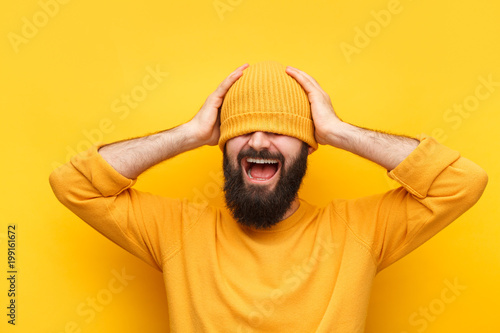 Photo  Bright hipster guy in yellow