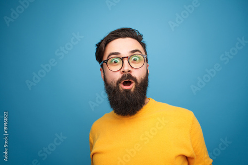 Photo  Super excited bearded hipster looking at camera