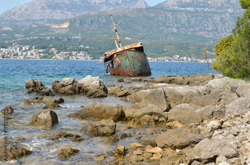 Keuken foto achterwand Schipbreuk Ship wreck stranded on sea rocks and a seascape