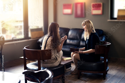 Fotografía  psychologist consulting a woman client indoors discussion therapy