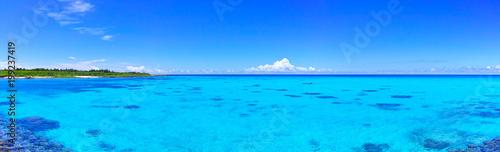 Poster Zee / Oceaan 真夏の宮古島・下地空港沿いに広がる綺麗な海(パノラマ)