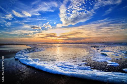 Coucher de soleil entre ciel et mer - 199247036