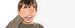 canvas print picture - lichtempfindliches Kind wird von zu viel Helligkeit geblendet und bedeckt die Augen