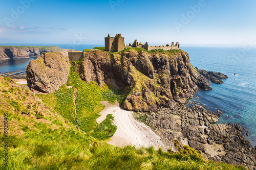 Photo Dunnottar Castle with clear sky in Stonehaven, Aberdeen, Scotland