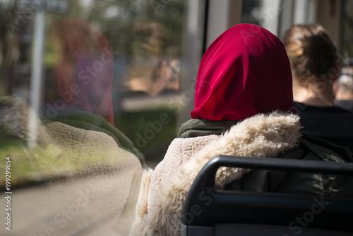 Frau mit Kopftuch unterwegs in der Stadt