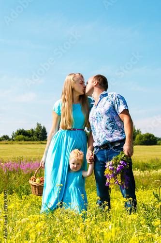 Plakat dzień ojców kochani rodzice całują się nawzajem