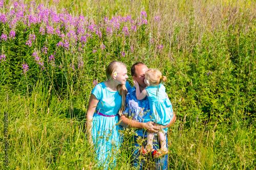 Plakat młoda rodzina cieszyć się latem park ojców dzień na zewnątrz