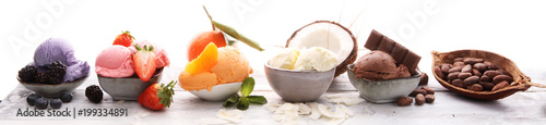 Fotografia Set of ice cream scoops of different colors and flavours with berries, nuts and