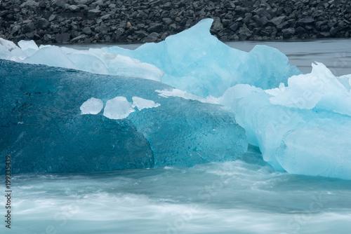 Tuinposter Ijsbeer blaues Eis schwimmt auf dem Wasser
