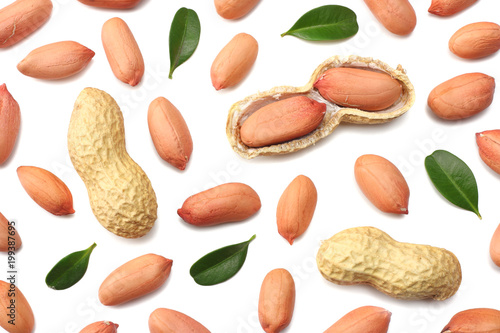 Pinturas sobre lienzo  peanuts isolated on white background top view