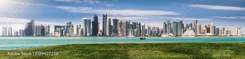 Blick auf die moderne Skyline von Doha in Katar an einem sonnigen Frühlingstag Fototapet