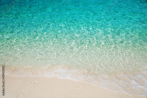 Photo sur Toile Eau Wave of tropical sea beach on white sand