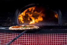 Una Pizza Margherita Che Sta Uscendo Dal Forno A Napoli