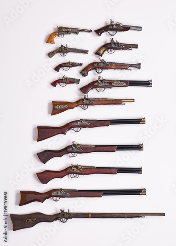 Fotografía  collection of ancient guns and pistols