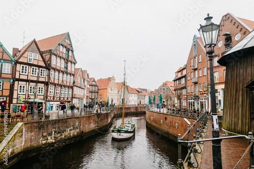 Historischer alter Hafen der Hansestadt Stade im Frühjahr Poster