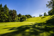 canvas print picture - Golfplatz mit Schatten vom Baum
