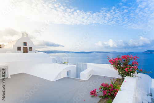 Foto auf Gartenposter Santorini White architecture on Santorini island, Greece.