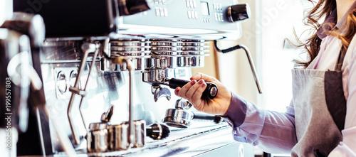 Leinwand Poster Barista bei der Kaffe Zubereitung