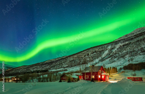 Foto  Green northern lights over rural county of northern Norway