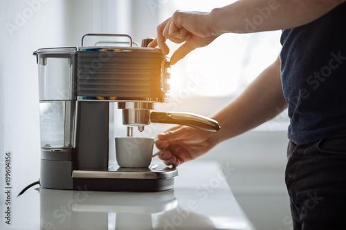 Mężczyzna przygotowuje espresso do ekspresu do kawy