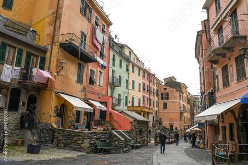 Fototapety, obrazy: チンクエテッレ~険しいリグーリア海岸の5つの村(イタリア・リグーリア州) ヴェルナッツァのメインストリート・ローマ通り