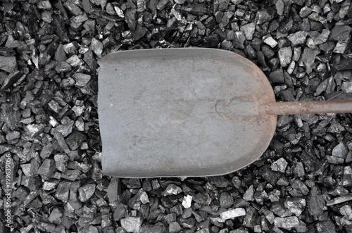 Fotografía  An empty metal scoop lies on a coal of fine fraction.