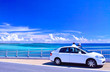 canvas print picture 真夏の宮古島、伊良部大橋の駐車スペースから海を眺める観光客
