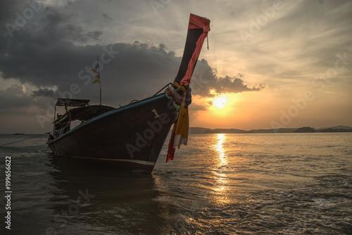 Photo Stands Shipwreck Longtail Boot bei Sonnenuntergang, Ao Nang Beach