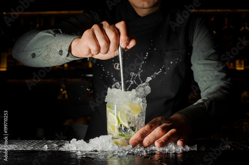 Plakaty do baru - pubu bartender-making-cocktail-at-the-bar-counter