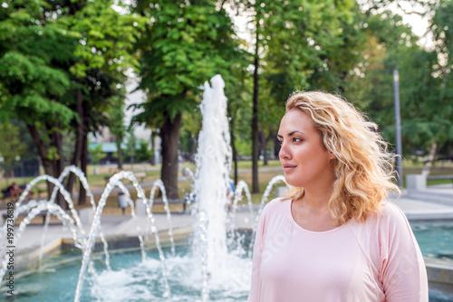 Fotografía  Blonde enjoying outdoors